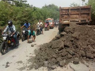Hindari Terjadinya Kecelakaan Dan Untuk Memperlancar Jalur Ekonomi Masyarakat, Camat Rogoh Kocek Pribadi Untuk Memperbaiki Jalan