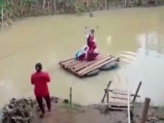 Viral..! Jembatan Terbawa Arus Banjir, Siswa SD Gunakan Rakit Menuju Sekolah